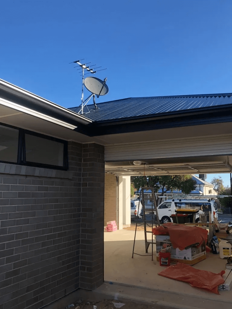 T&R Digital Antenna Installations - Gallery Antenna Installation Near Roof Gutter Distant Shoot