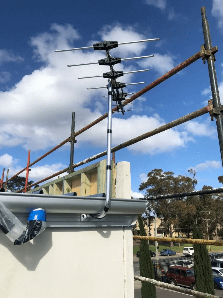 T&R Digital Antenna Installations - Gallery High Definition Antenna Installation Near Gutter